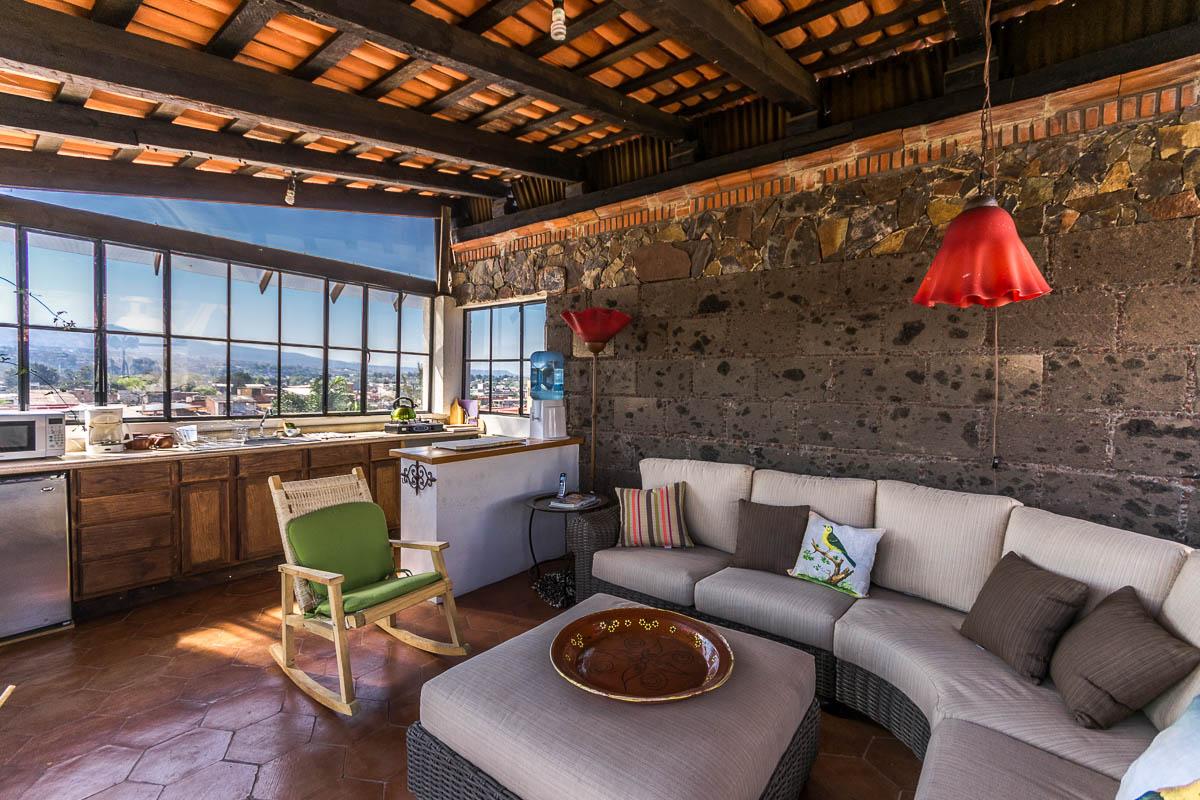 Espacio común en la terraza-azotea y área de cocina para huéspedes