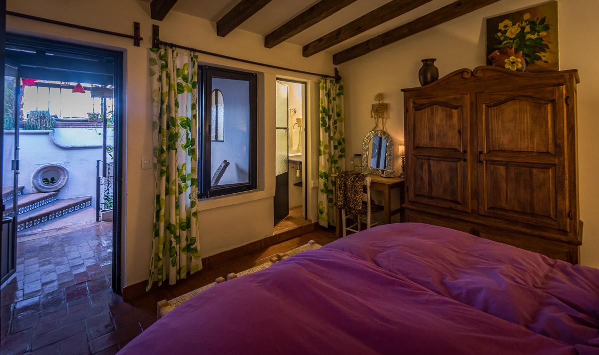 Vista desde la cama hacia el balcón y terraza-azotea